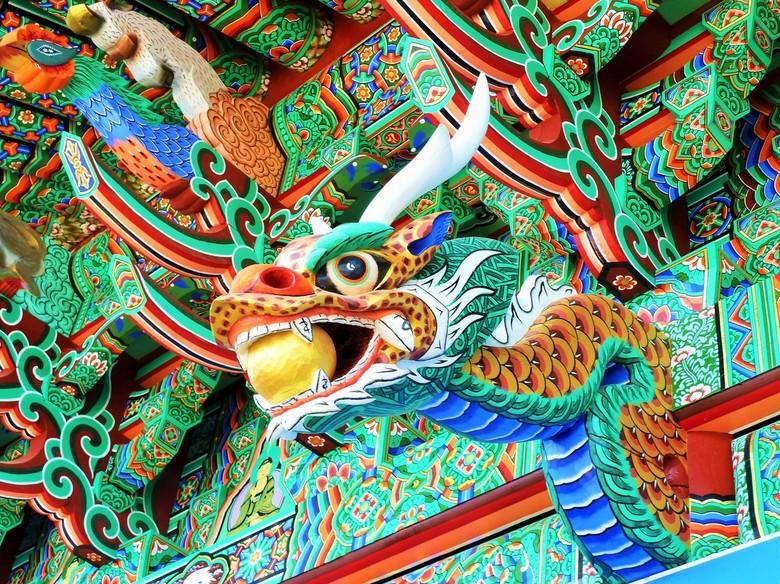Tempelarchitectuur - In Korea zijn de tempels prachtig gedecoreerd. Bij de meesten zijn de kleuren heet mat en verschoten. Een enkele keer is de tempe