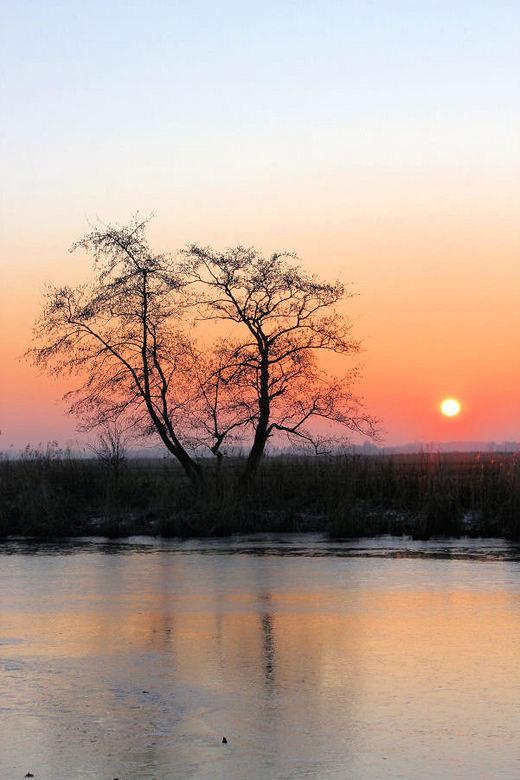 winterse zonsondergang - Nog een foto van de ondergaande zon aan een koude Ee. Nu dan met meer kleur...