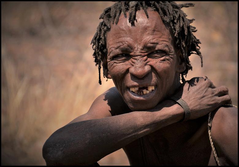 Ontmoeting bosjesman - Deze jongeman nam tijdens ons bezoek aan de San (Bushmen) bosjesmannen, even de tijd om in de lens te kijken.