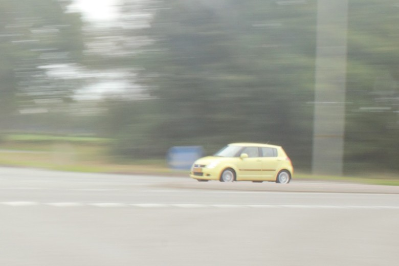 IMG_9805 (2) - Onderwerp: Beweging<br /> met spiegelreflexcamera, meetrekken.<br /> <br /> ingezoomd op originele foto.