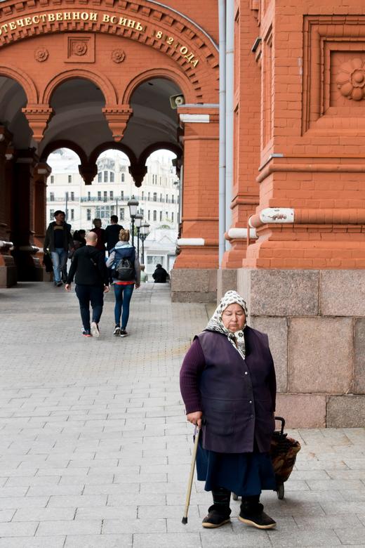 Rusland - Zo af en toe zie je in het centrum van Moskou nog de oude baboesjka's. Precies het beeld dat je verwacht van de stad. Maar meestal zie