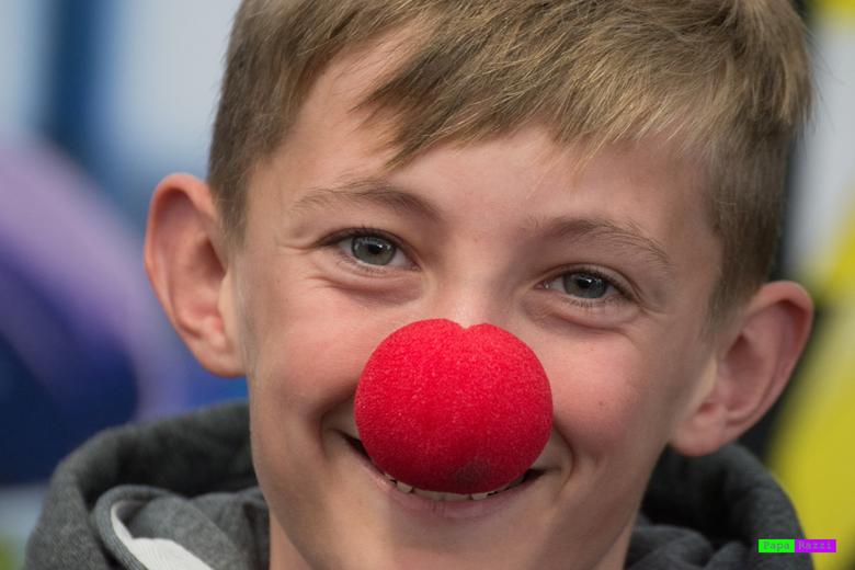 """clown - Een vriendelijke jongen die heeel blij was met zijn """"clownsneus""""."""