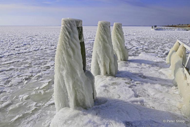 Bij het monument op op de Afsluitdijk(3) - IJsafzetting op de pier bij het Monument op de Afsluitdijk 3.