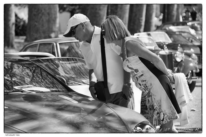 Can we afford it? - En all english car event in Nantua, Frankrijk. Deze mensen waren even aan het dromen bij deze mooie Austin Martin.