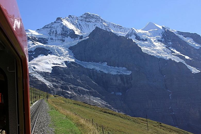 uitzicht vanuit het treintje - Hier nog en foto genomen vanuit het treintje.<br /> Nu genomen richting de alpen reuzen.<br /> Met uitzicht op de Jun