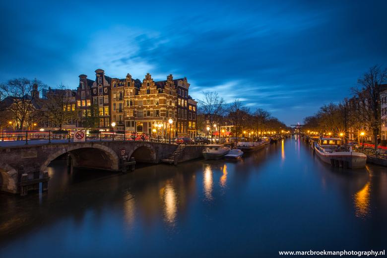 Blue hour Amsterdam - Blue hour Amsterdam ! op een vraagje Arnoud78 waarom dat niet kleiner diafragmia. Dit komt omdat de straatlantaarns ter plaatse