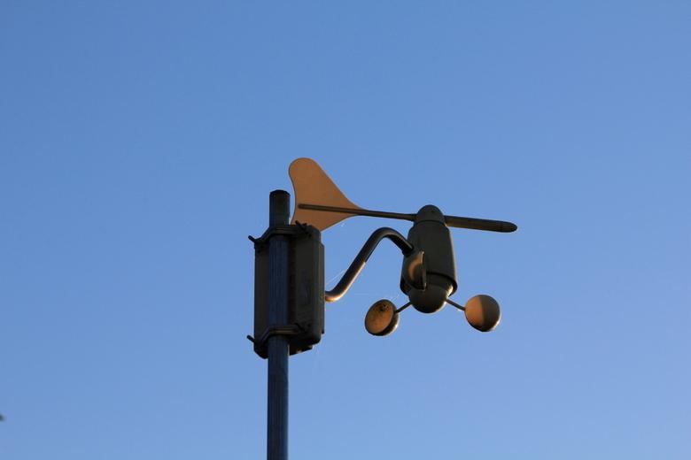 Weer een dag in de zon - Windmeter in de ochtendzon met strak blauwe lucht op de achtergrond