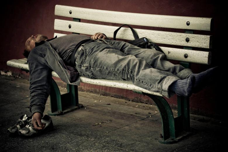 Siesta in Beijing - Vond het prachtig hem daar te zien liggen.Op een bankje, op de stoep van een drukke weg.<br /> Hup, schoenen uit en slapen...