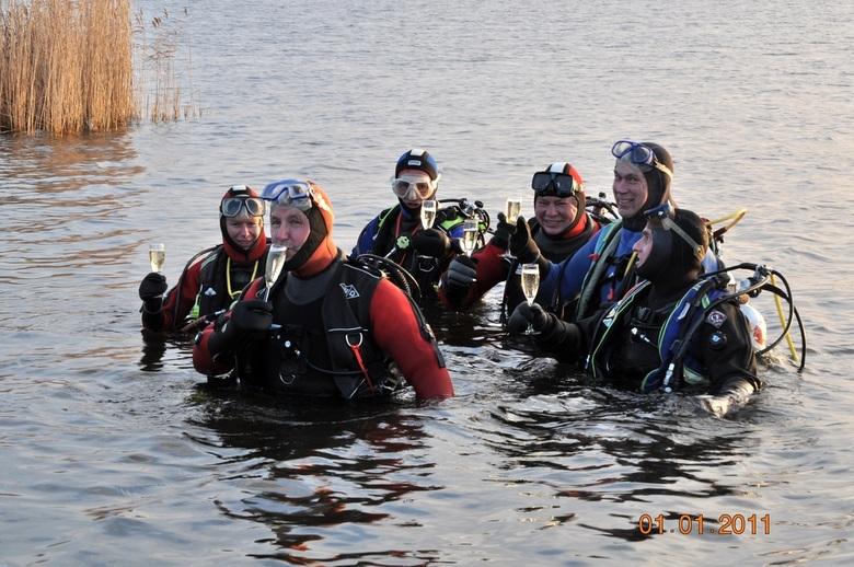 Nieuwjaarsduik 2011 - Elk jaar op 1 januari gaat de duikvereniging DTA uit Amsterdam Noord duiken in het Twiske.<br /> <br /> En op het nieuwe jaar