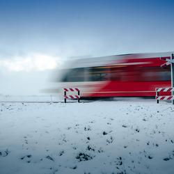 Arriva trein zoeft door de sneeuw