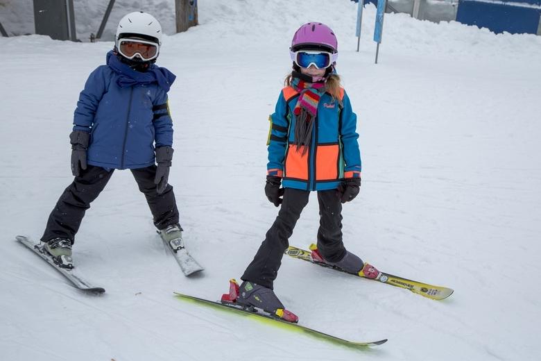 Wintersport 9 - De jongste twee, voor het eerst op de ski's, niet bang en doorgaan: 6 en 7 jaar.