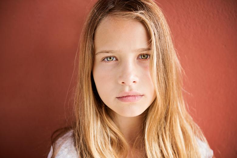 Sunny - Portret aan zee. Loucka is 11 jaar en in deze foto is gebruik gemaakt van een california sunbounce (links van ons uit gezien).