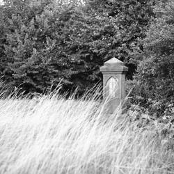 Grafsteen bij verlaten kerk, Heveskes