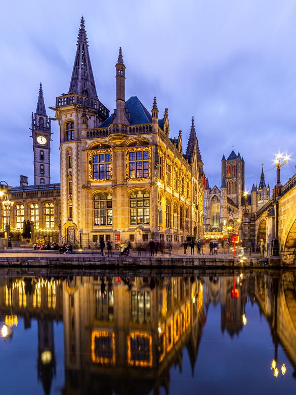 Kerst in Gent - Gent een bekende mooie stad in Belgie.<br /> In december tref je een mooie verlichte stad en een gezellige kerstmarkt