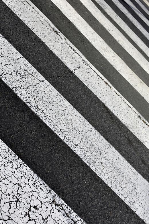 De Oversteek - Gezocht naar zwart wit en gevonden, af en toe naar de grond kijken dan vind je nog eens wat.