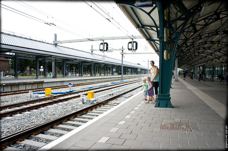 Wachten op de trein - Ongeduldig wachten op de trein. Ze worden stevig vastgehouden door moeders.