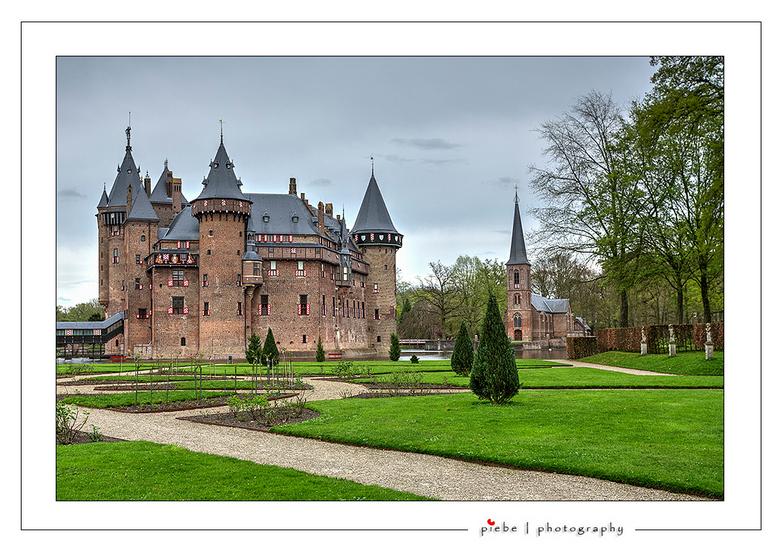 Kasteel De Haar - Hierbij een foto van het prachtige kasteel De Haar in Haarzuilens. Ik was hier begin april en wat een prachtige tuin ook. De kerk st