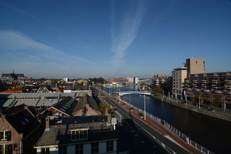 centrum alkmaar - Hierbij ben naar de bovenste etage gelopen van de parkeergarage de karperton, kijkend over de kanaal kade en over het noord hollands
