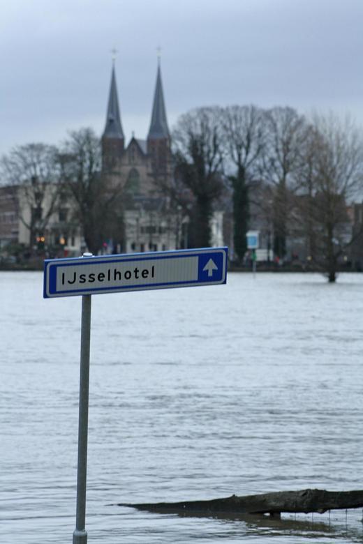 Well kade Deventer onder gelopen, IJsselhotel - Deze foto genomen op 15 jan 2011, toen de Well Kade in Deventer over liep, vanwege hoog water. Het bor