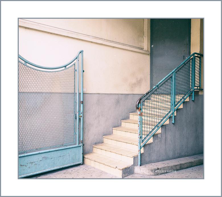 trap en hekwerk - oud en niet onderhouden waardoor de kleuren mooi pastel zijn geworden<br /> gezien in Troyes Frankrijk