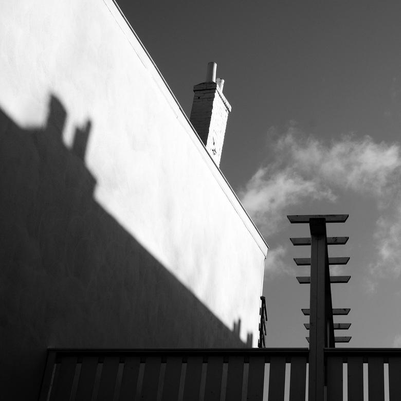 Schoorstenen - Mediterraan aandoend plaatje van schoorsteen en schaduw van schoorsteen
