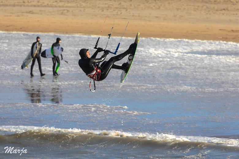 Beetje rondhangen - Harde wind en hoge golven bij Scheveningen. een eenzame kite surfer durfde het aan en ging regelmatig de lucht in. Juist op dit mo