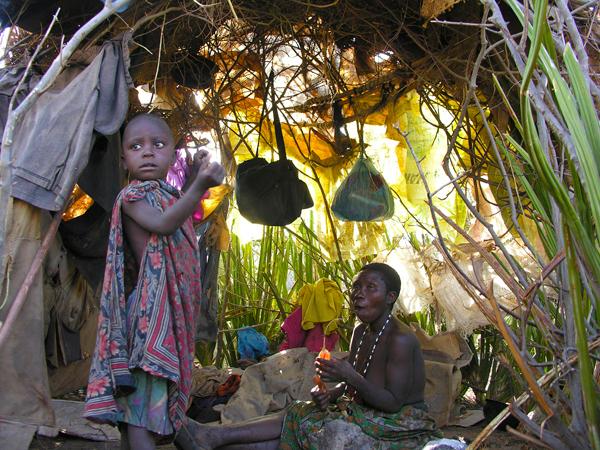 Bushmen in Tanzania - Diep in de binnenlanden van Tanzania troffen we deze stam bosjesmensen. De primitiefste levensvorm die ik ooit tegenkwam.