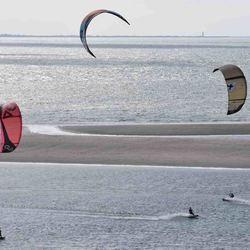Kitesurfers bij de Maasvlakte
