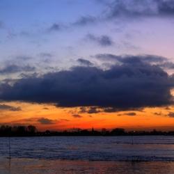 Ondergaande zon bij Vuren aan de Waal