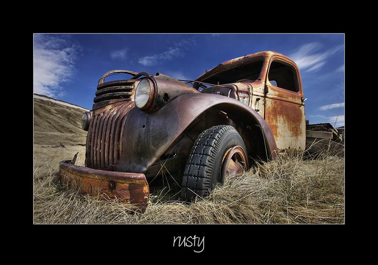 Rusty... - ...of Roestig.  <br /> Een wrak zoals je er wel meer tengenkomt onderweg in Ijsland.  <br /> Deze stond te rusten/roesten op een eindje v