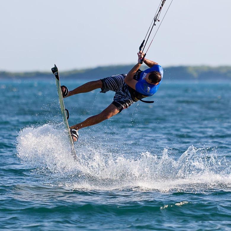 Move - Kite surfen bij de Zandberg op Aruba.