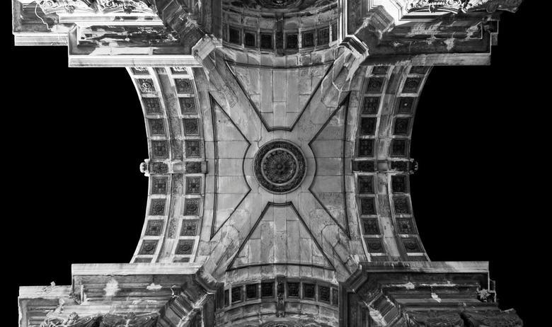 Underarched - Om maar even in de bogen en arche's sfeer te blijven... De onderkant van de grote poort op het plein. Omgezet naar zw