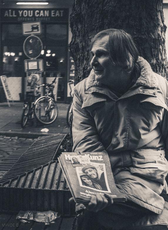 People in Streets Hamburg - Deze verkoper van de straatkrant fotografeerde ik in Hamburg. Opvallend en in contrast met de situatie van de verkoper vin