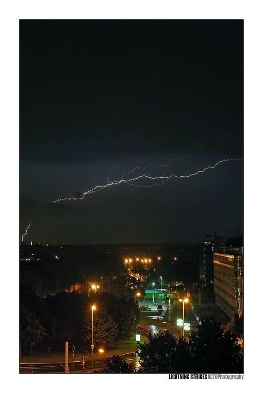 Lightning strikes - Misschien niet de meest geweldige compositie, maar wel eindelijk een bliksem goed op de foto gekregen. Het was vannacht het wachte