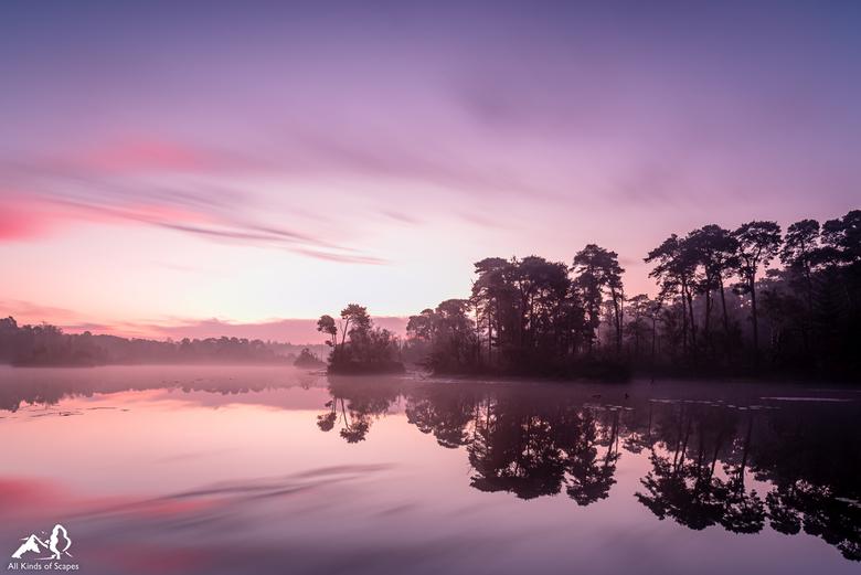 Magische zonsopkomt - Mistige zonsopkomst met een fijne spiegeling bij de Oisterwijkse Bossen en Vennen.