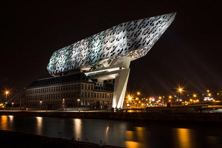 The porthouse - Het havenhuis Antwerpen by night, ontworpen door Zaha Hadid Architects
