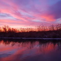Fraaie kleuren weerspiegeling (zonsopkomst)