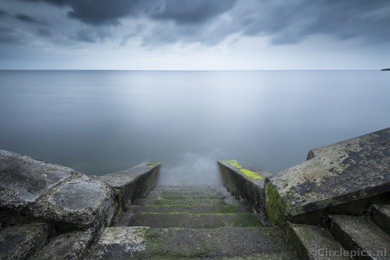"""Into the Deep - De zee bij Scarborough, Yorkshire, op een druilerige dag. Het ideale weer voor wat sfeervolle lange sluitertijd opnames. <img  src=""""/i"""