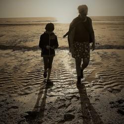 strandwandeling voor zonsondergang