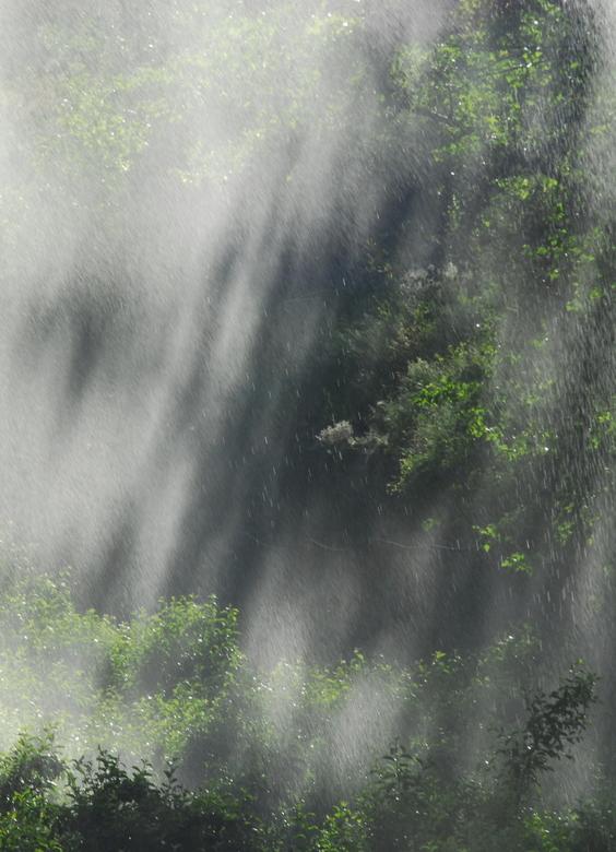 Sproeien  - In de warme seizoenen worden de gewassen besproeid, zo ook hier in de Italiaanse Alpen. <br /> Genomen met Sigma 70-200