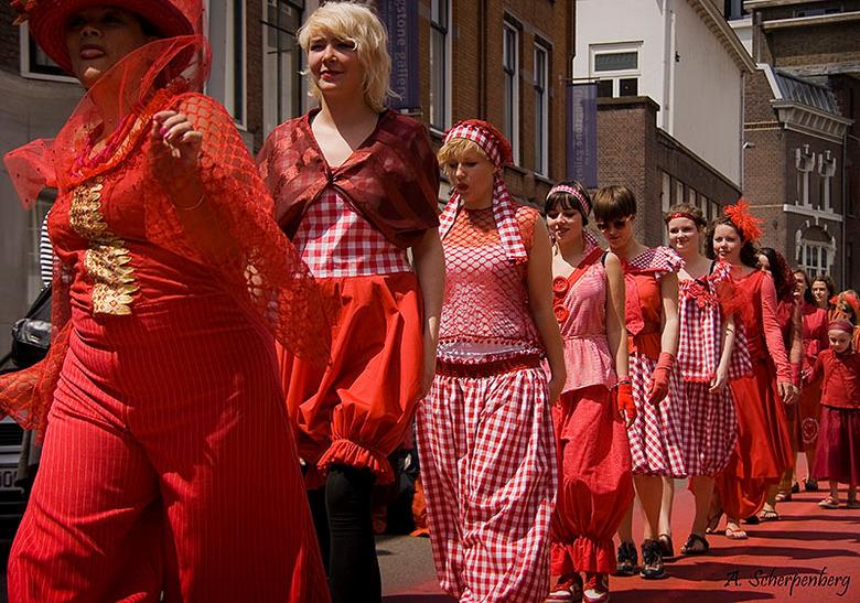 Een Rode Draad - modeshow parade - Als een rode draad trok deze mode parade op 13 juni 2009 door Den Haag. De kleding is ontworpen door Sarah Vrugt. D