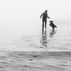 Spelen op het mistige strand