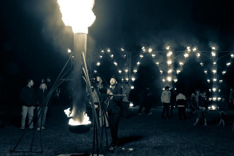 Spelen met vuur - Tijdens Deventer op Stelten in het worpplantson. Man draait aan het rad en zorgt voor meer vuur.