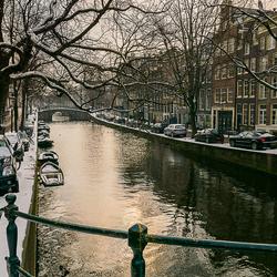 Aan de Amsterdamse grachten in de winter.