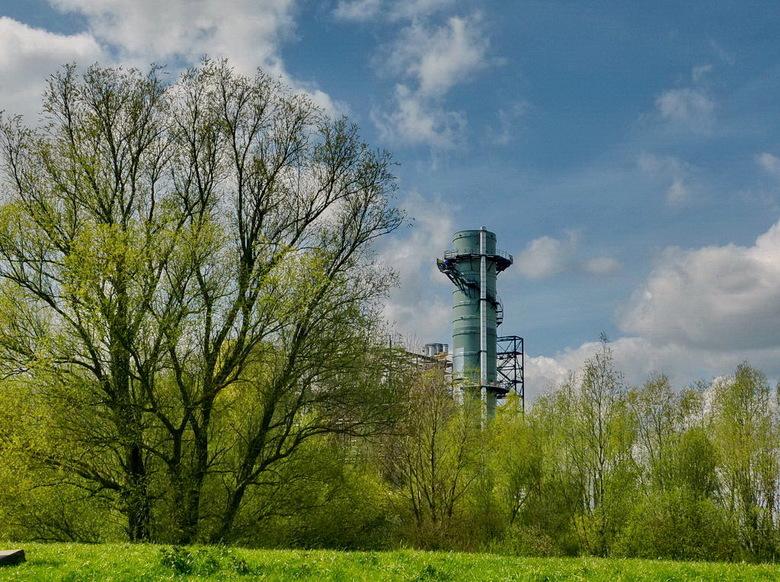 Nuon centrale. - Een gedeelte van de Nuon Elektriciteitscentrale in Diemen dat nog net boven de bomen uitsteekt.<br /> <br /> 14 april 2012.<br />