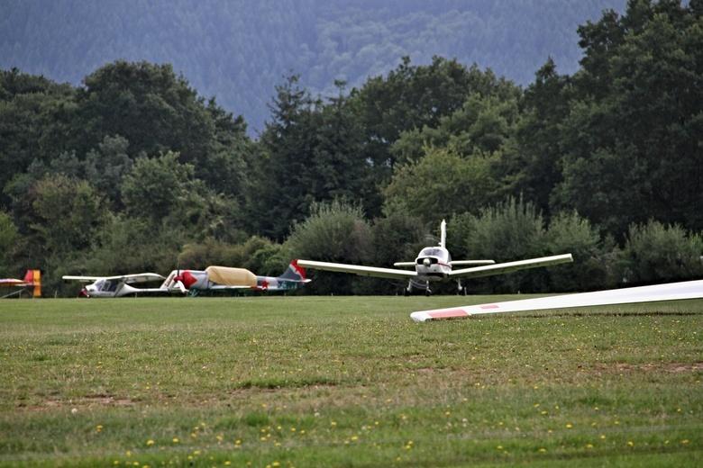 Een motorvliegtuig. - Er staat een motorvliegtuig klaar om een zweefvliegtuig hoog de lucht in te trekken.