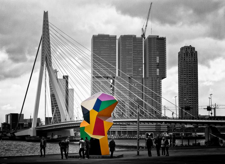 Marathonbeeld - In 2000 werd, een paar dagen voor aanvang van de marathon van Rotterdam, een beeld onthuld van de beeldhouwer Henk Visch (1950). Het '