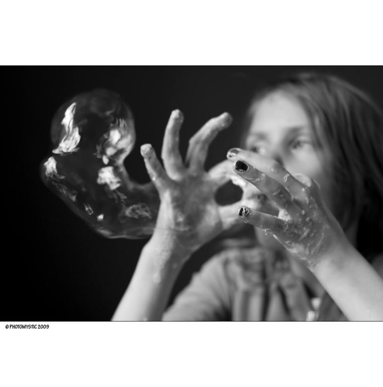 Bubbles - Ellen vindt het altijd fijn om bellen te blazen.. Meestal doet ze dit in de douche en maakt ze de bodem ervan lekker glad om te schuiven en