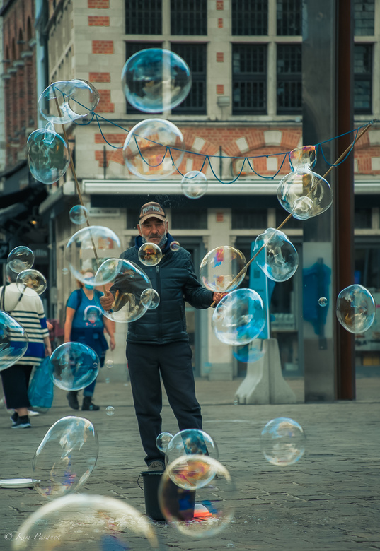 Bellenblazen - Tijdens een weekendje Gent zag ik deze man op een plein. Bellenblazen, wie heeft het nou niet gedaan in zijn/haar jeugd. Dit waren grot