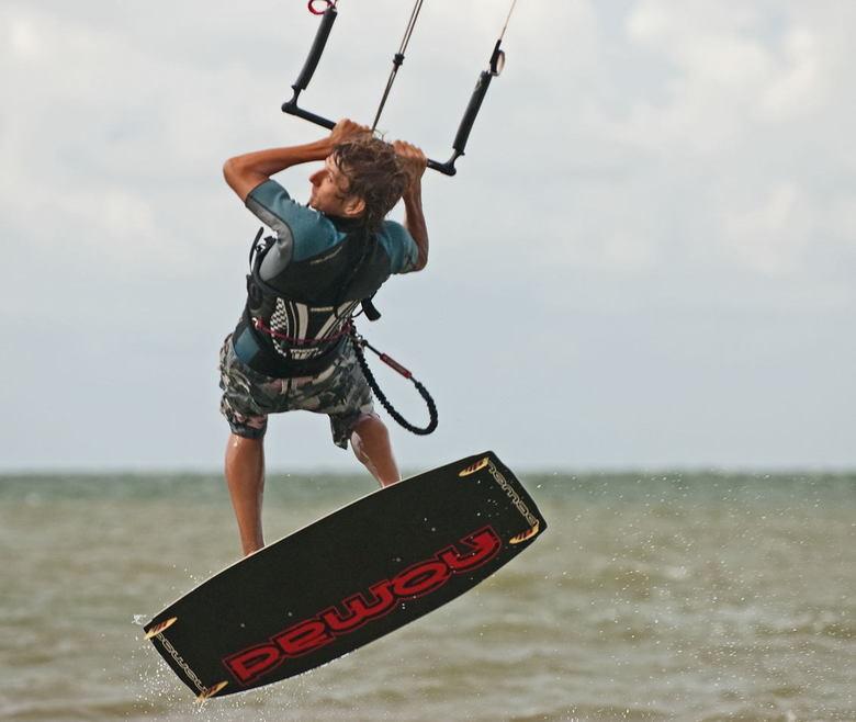 Kite jump - Kitesurfer Maurice in de zwarte polder.